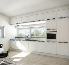 Det trendy hvide køkken leveres lynhurtigt